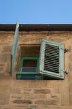 Casa francesa com obturadores verdes imagens de stock