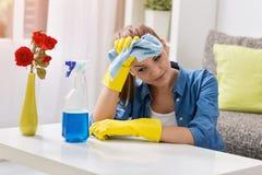 Casa frustrante e esgotada cansado da limpeza da mulher Foto de Stock Royalty Free
