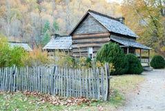Casa fumarento da exploração agrícola do pioneiro da montanha Imagem de Stock Royalty Free