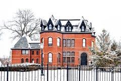 Casa gótica victoriana del ladrillo en invierno imagen de archivo libre de regalías