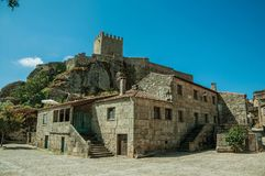 Casa gótico e castelo com a torre sobre o penhasco rochoso fotografia de stock