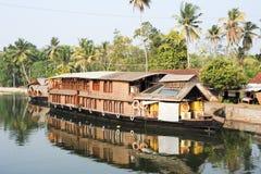 Casa galleggiante indiana tradizionale che gira vicino a Alleppey sulle sedere del Kerala Immagini Stock