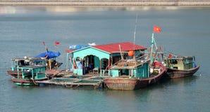 Casa galleggiante nella baia di lunghezza dell'ha vicino all'isola di Cat Ba, Vietnam Fotografie Stock Libere da Diritti