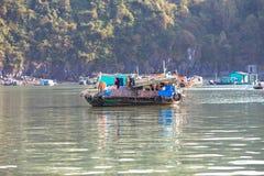 Casa galleggiante nella baia di lunghezza dell'ha, Vietnam Immagini Stock