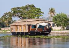 Casa galleggiante sugli stagni nel Kerala, India del sud fotografie stock libere da diritti