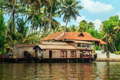 Casa galleggiante sui canali di Alleppey Fotografia Stock