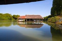Casa galleggiante utilizzata per la pesca sul fiume in Isan, Tailandia orientale del nord, Asia immagine stock libera da diritti