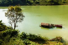 Casa galleggiante vietnamita sull'acqua immagini stock libere da diritti