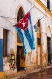 Casa gasto em Havana velho com uma bandeira cubana Foto de Stock Royalty Free