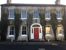 Casa Georgian bonita com porta vermelha fotos de stock