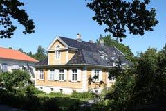 Casa gialla accogliente Immagine Stock
