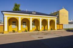 Casa gialla al sole Fotografia Stock