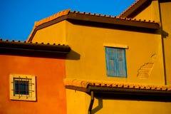 Casa gialla/arancio variopinta fotografia stock libera da diritti