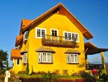 Casa gialla classica Immagine Stock Libera da Diritti