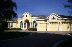 Casa gialla della proprietà fotografie stock
