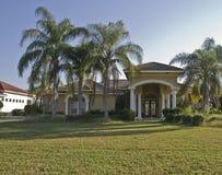 Casa, gramado, e árvores Fotografia de Stock