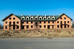 Casa grande bajo construcción del ladrillo rojo Casa de dos pisos inacabada imagenes de archivo