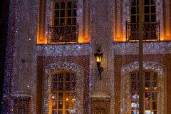 Casa grande bonita decorada com luzes de Natal Grande Windows com árvore de Natal foto de stock