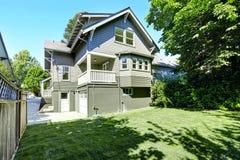 Casa grande com garagem e entrada de automóveis Opinião do quintal Foto de Stock