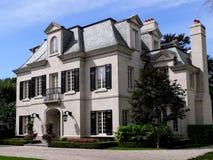 Casa grande con las ventanas de dormer imagen de archivo