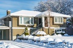 Casa grande da família na neve na estação do inverno em Canadá imagens de stock