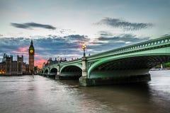 Casa grande de Ben Clock Tower y del parlamento en la ciudad de Westminster Imagenes de archivo