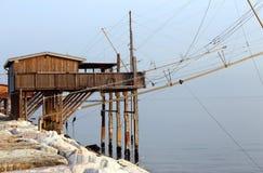 Casa grande del zanco cerca del mar y de las redes de pesca Imagenes de archivo