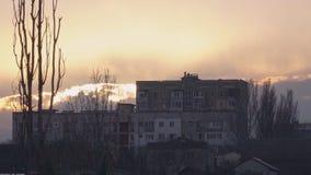 Casa grande em um monte durante o por do sol video estoque