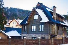Casa grande en las montañas cárpatas Fotos de archivo