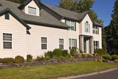 Casa grande en una vecindad Fotografía de archivo