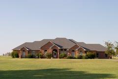 Casa grande moderna del ladrillo del estilo del rancho fotos de archivo