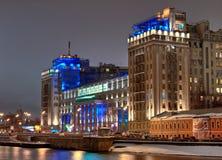 Casa grande no quay do rio de Moscovo Imagem de Stock Royalty Free