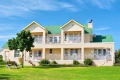 Casa grande - vista dianteira, grama, banco, árvore Fotografia de Stock