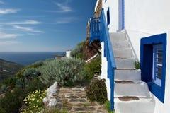 Casa greca tradizionale alla parte superiore della collina Fotografia Stock