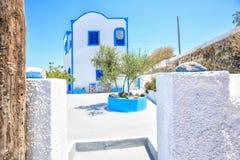 Casa grega branca tradicional com oliveira imagem de stock royalty free