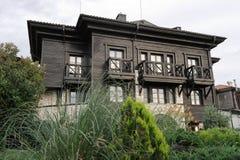 Casa grigia e di legno a due piani con i balconi immagine stock