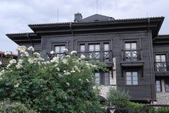 Casa grigia e di legno a due piani con i balconi fotografie stock libere da diritti