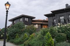 Casa grigia e di legno a due piani con i balconi fotografie stock