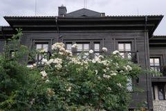 Casa grigia e di legno a due piani con i balconi fotografia stock libera da diritti