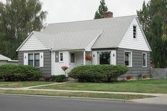 Casa gris y blanca