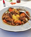 A casa húngara tradicional autêntica fez a goulash para o jantar em Europa com especiarias e paprika foto de stock