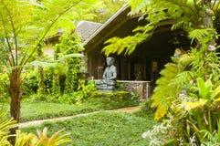 Casa hawaiana con la estatua en el kawaii Estados Unidos de la selva fotografía de archivo libre de regalías