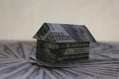 Casa hecha de billetes de banco fotos de archivo