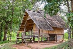 Casa hecha de materiales naturales en el campo Fotos de archivo libres de regalías