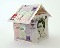 Casa hecha de notas y de cuentas del dinero Foto de archivo