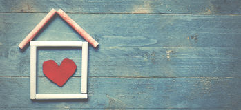 Casa hecha de tiza en fondo de madera azul Concepto casero dulce fotografía de archivo