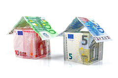 Casa hecha del dinero euro aislado en blanco Imágenes de archivo libres de regalías