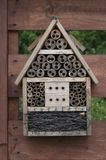 Casa hecha en casa del hotel de los insectos en el jardín Polonia Fotografía de archivo