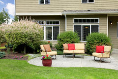 Casa hermosa con área de sentada del patio trasero. Imagen de archivo libre de regalías