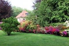 Casa hermosa con el jardín. Imagen de archivo libre de regalías